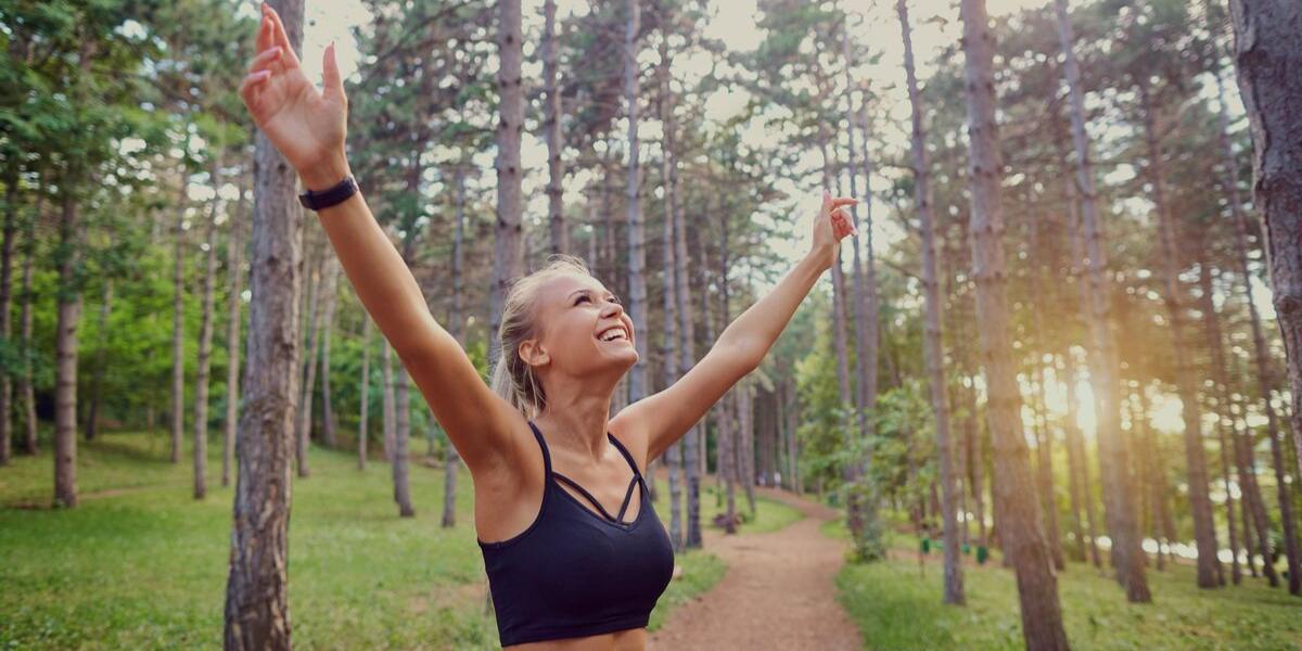 donna che fa esercizio nella natura