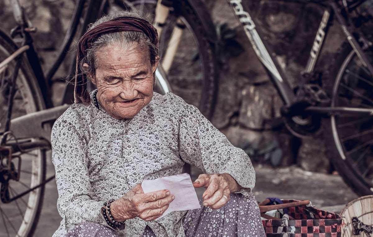 Donna anziana che sorride