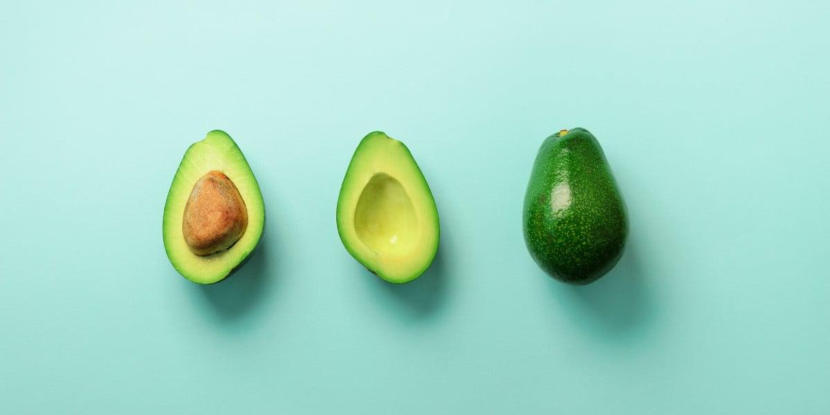 L'avocado è un'ottima fonte di grassi e i grassi salutari sono il primo livello della piramide alimentare keto