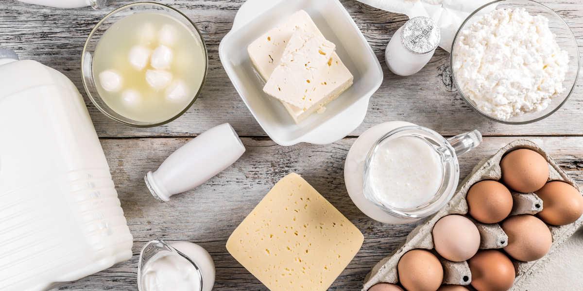 I latticini grassi sono adatti per una dieta keto perché hanno un contenuto molto basso di carboidrati