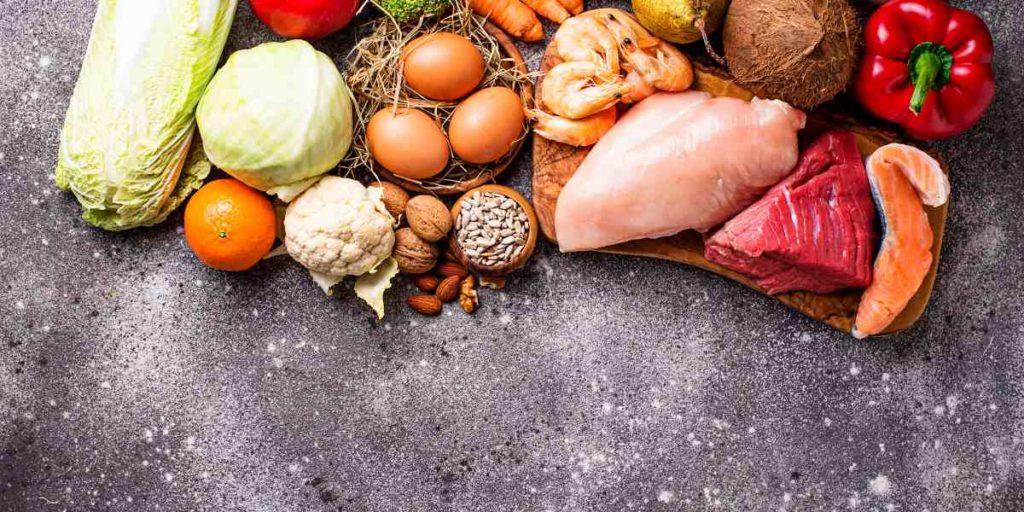 La principale differenza tra dieta paleo e keto è che la prima consente alcuni carboidrati come la frutta