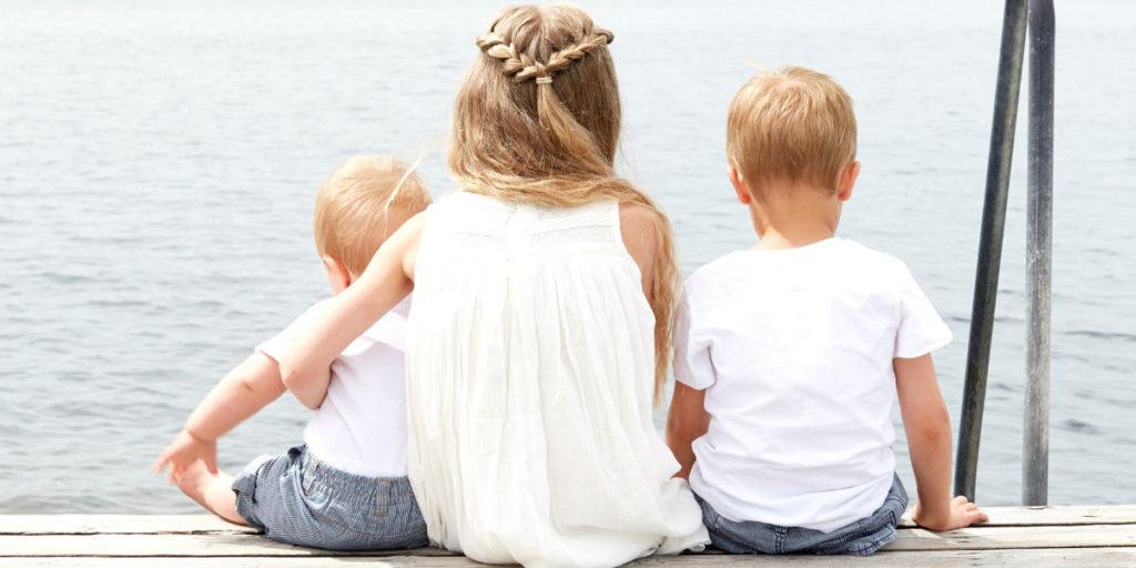 Bambini che trascorrono il tempo all'aperto