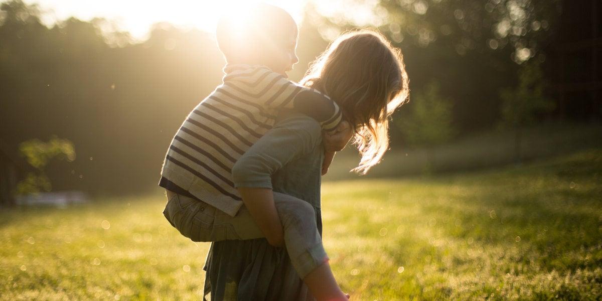 Una mamma con suo figlio che trascorrono tempo all'aperto: un modo salutare per costruire le difese immunitarie del bambino