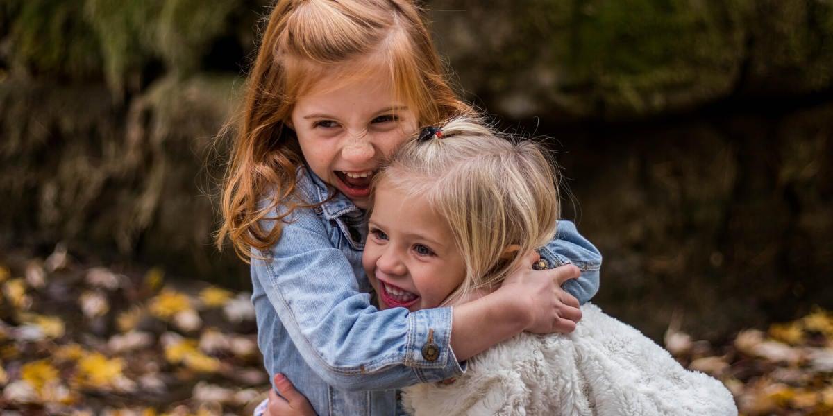 Giocare all'aperto ed essere esposti ai giusti batteri buoni può aiutare le difese immunitarie dei bambini nei loro primi anni di vita