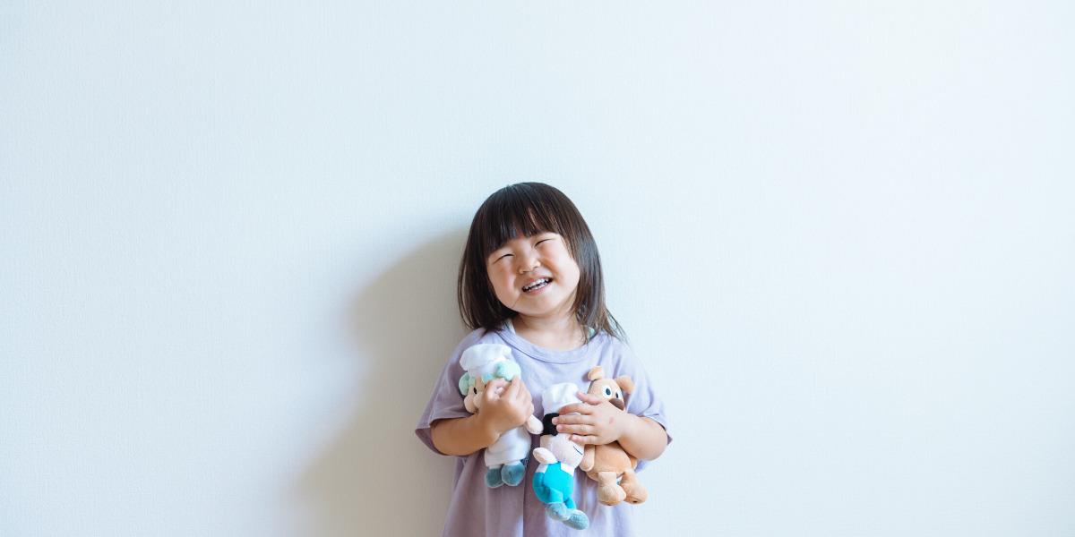Una bambina felice con i suoi giocattoli