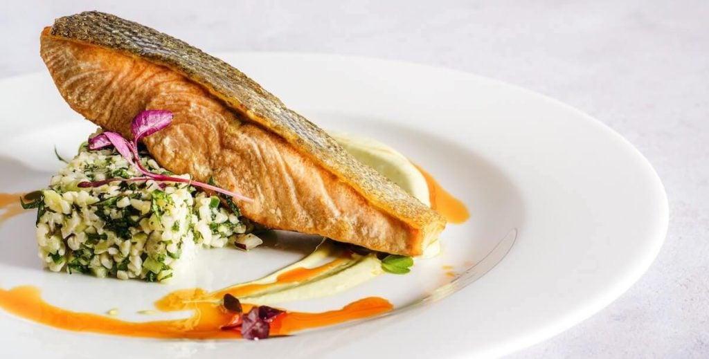 Delizioso salmone fritto ricco di omega 3